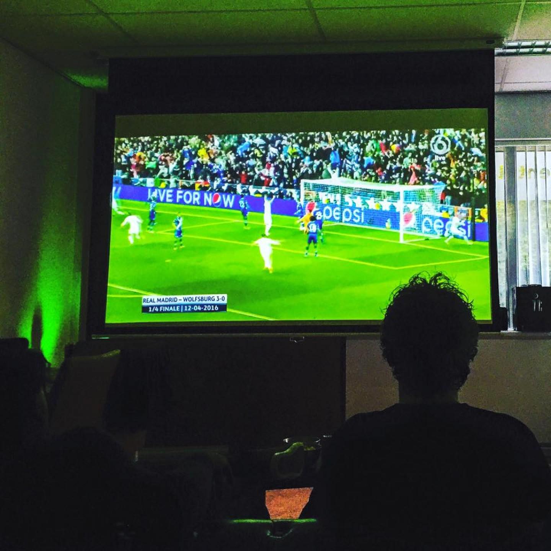 Avond voetbal kijken